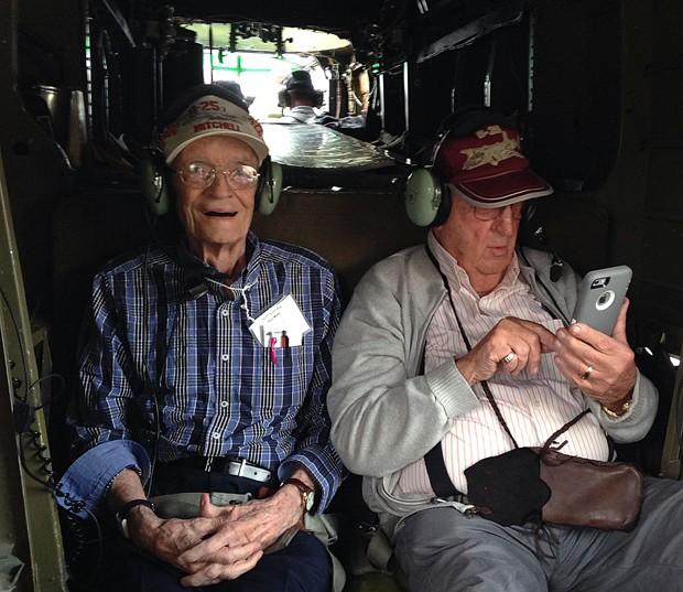 O veterano da II Guerra Martin Biener, de 93 anos (direita), revê as fotos que tirou durante seu voo no B-25 'Yellow Rose', em Nova Orleans, na quinta (22), ao lado do também veterano Paul Miller, de 90 anos (Foto: AP Photo/Rebecca Santana)