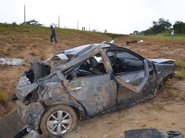 Carro saiu da pista e capotou várias vezes, deixando uma pessoa morta e duas feridas na altura da cidade de Caaporã (Foto: Walter Paparazzo/G1)