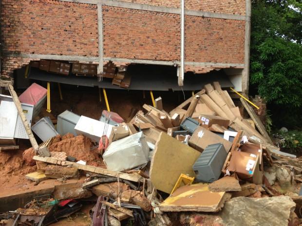 Força da água destruiu o muro de uma empresa (Foto: Marina Souza/G1 AM)