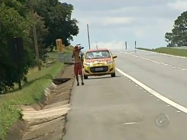 Homem foi levado até Tatuí por agentes da concessionária (Foto: Reprodução / TV TEM)
