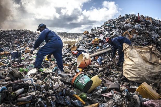 Funcionários trabalham em meio ao lixo (Foto: Giulio Paletta)