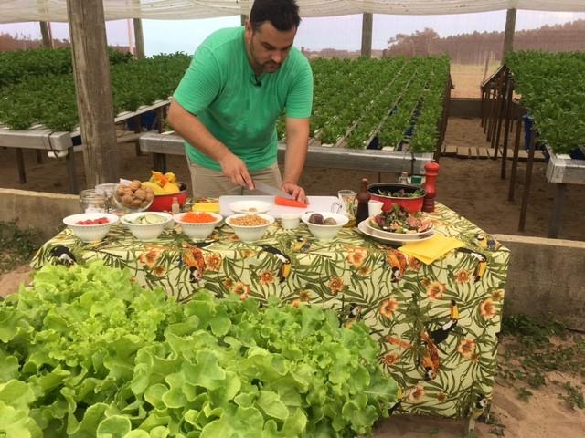 O jornalista Saimon Novack prepara a receita com ajuda de Janine Limas (Foto: Janine Limas/RBS TV)