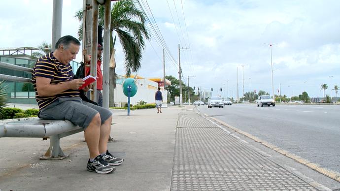 Livros deixados em ponto de ônibus fazem parte da estratégia de estímulo a leitura (Foto: Divulgação/ TV Gazeta ES)