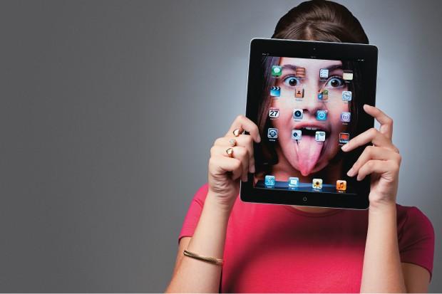 CARA NOVA Uma adolescente e a tela inicial de seu iPad. Para esta geração, aprender a lidar bem com  o mundo digital  é fundamental para o sucesso  na vida adulta (Foto: Marcos Lopes/ÉPOCA)
