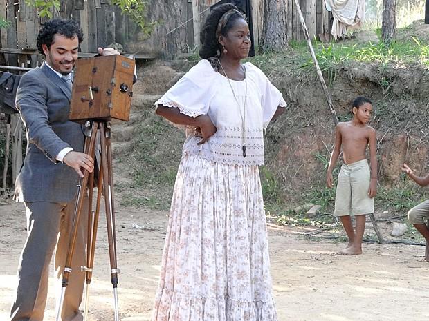 Jurema chega com o cinematógrafo (Foto: Lado a Lado/TV Globo)
