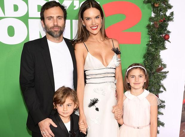 Alessandra Ambrosio com o marido, Jamie Mazur, e os filhos, Anja e Noah (Foto: Getty Images)