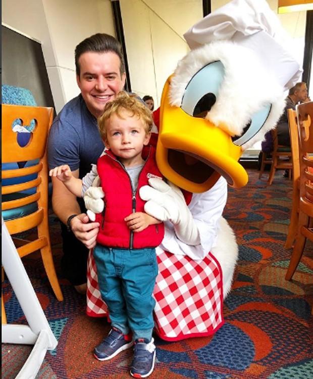 Belutti e o filho, Lupis Miguel, posam com Pato Donald (Foto: Reprodução/Instagram)