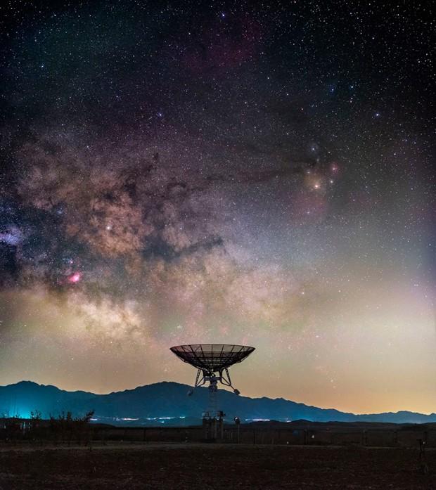Via Láctea vista acima do Observatório da China, no subúrbio de Pequim (Foto: Haitong You/Reprodução)