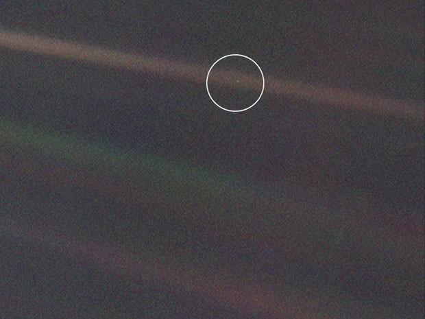 Nesta foto feita pela Voyager, a Terra não passa de um pontinho claro, destacado neste círculo desenhado pela Nasa (Foto: Nasa/JPL-Caltech)