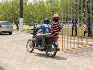 Mototaxista se apressa para que candidato não perca o primeiro dia de provas do Enem, neste sábado (3) (Foto: Camila Henriques/G1)