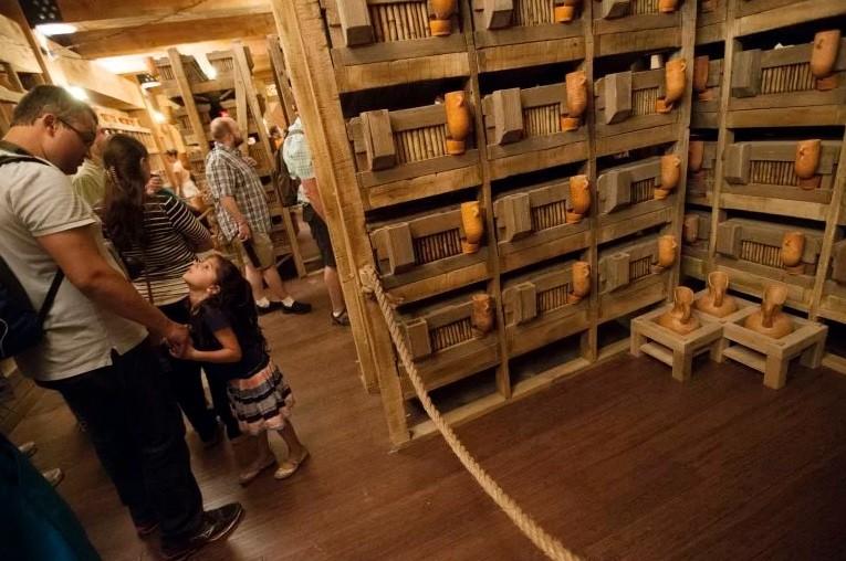 Fiéis visitam o interior da arca de Ken Ham