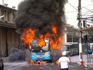Ônibus incendiado em protesto em Vitória (Foto: Reprodução/TV Gazeta)