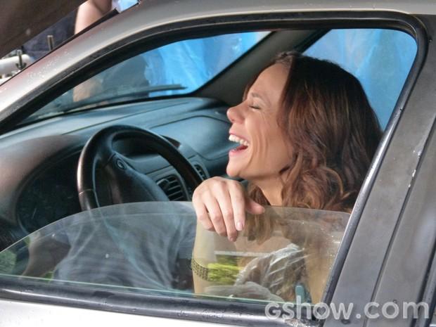 Vanessa Gerbelli se diverte nos bastidores de cenas tensas (Foto: Em Família/TV Globo)