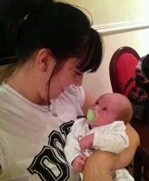 Imagem de arquivo mostra Donna Sullock com seu filho, Alfie Sullock (Foto: Reprodução/ Twitter/ Donna Sullock)