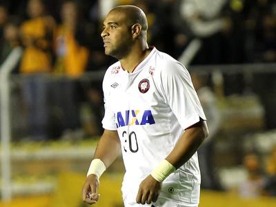 Adriano no jogo do Atlético-PR (Foto: EFE)
