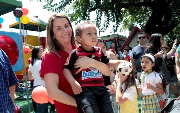 Patrícia Amorim com criança no parquinho Flamengo (Foto: Alexandre Vidal / Fla Imagem)