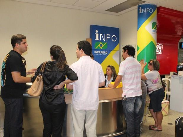 Passageiros buscam informações no balcão da Infraero  (Foto: Gilcilene Araújo/G1)