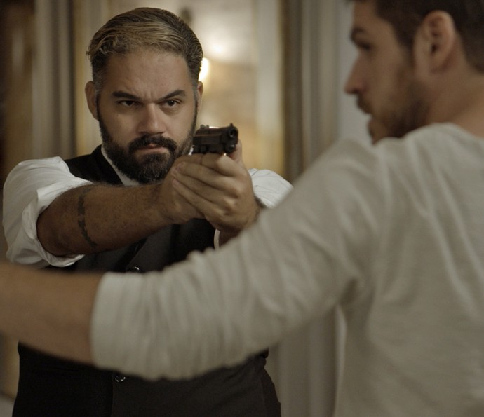 Bandido rende Dante (Foto: TV Globo)