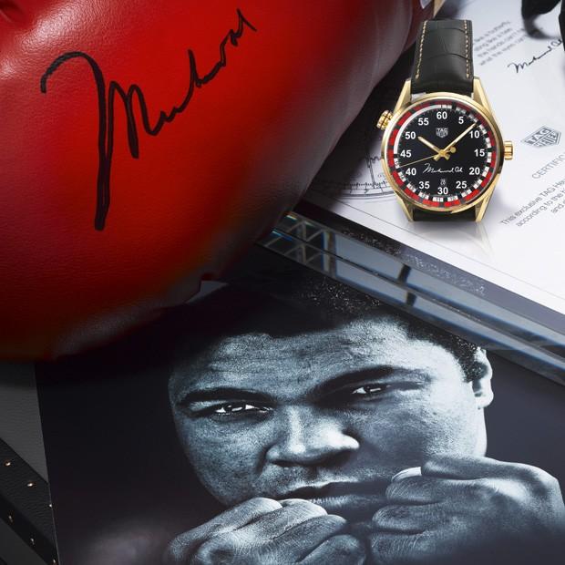 Relógio arrematado foi acompanhado de case especial, medalha comemorativa e um par de luvas autografado (Foto: Divulgação)