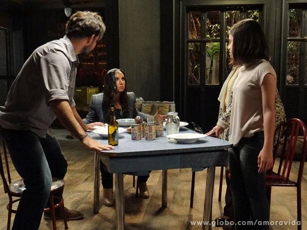 Alejandra fica furiosa com banho de sopa (Foto: Amor à Vida/ TV Globo)