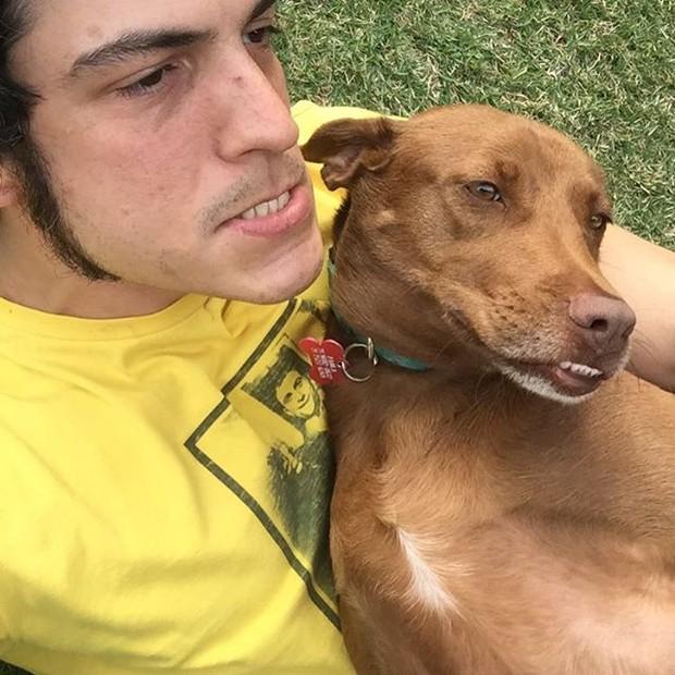 Mateus Solano faz careta com cachorro (Foto: Reprodução / Instagram)