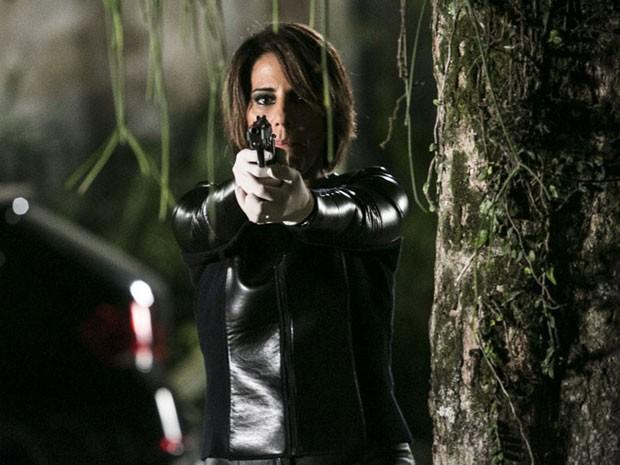 Beatriz mira na 'amiga' e atira (Foto: Raphael Dias/Gshow)