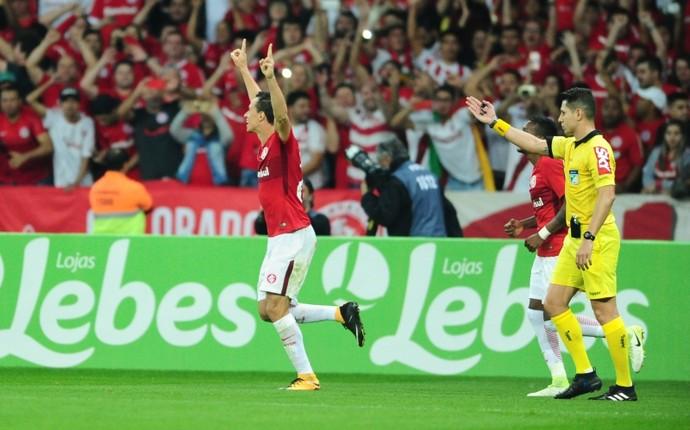 Leandro Damião marca contra o Goiás (Foto: Ricardo Duarte / Inter, DVG)