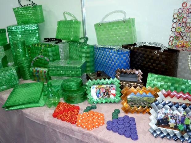 bc0dd46f516 G1 - Garrafas pet viram bolsas e peças decorativas em oficina na ...