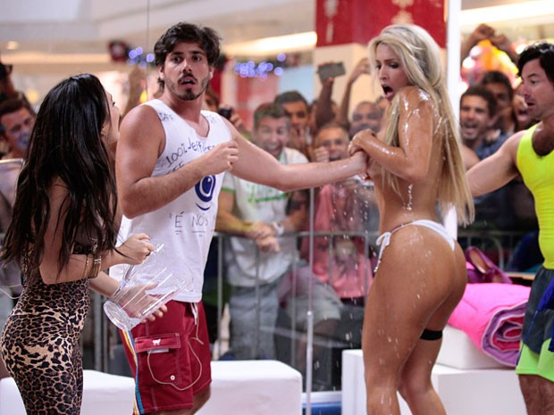 Valdirene joga água gelada em Ellen (Foto: Pedro Curi/TV Globo)