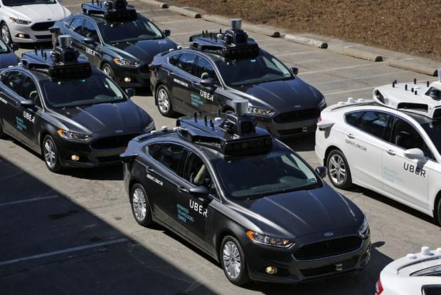 Nesta quarta-feira (12), carros que se locomovem sem motoristas se posicionam durante demonstração do serviço em Centro de Tecnologias Avançadas do Uber, em Pittsburgh, nos Estados Unidos; veículos são do modelo Ford Fusion e integram programa de testes para abrir nesta quarta-feira (14) (Foto: Gene J. Puskar/AP)
