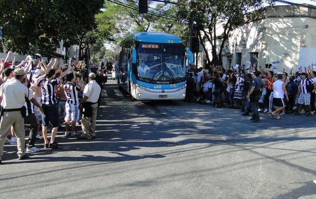 Torcida do Atlético-mg faz a festa na chegada do time ao Engenhão (Foto: Fernando Martins / Globoesporte.com)