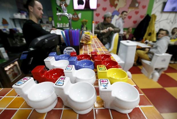 'Crazy Toilet Café' foi inaugurado na última sexta-feira  (Foto: Sergei Karpukhin/Reuters)