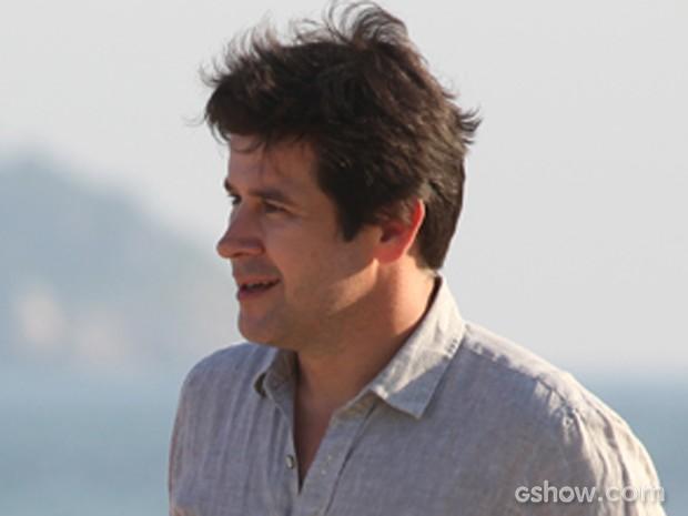 Jonas chega à praia e anuncia a próxima etapa do concurso (Foto: Carol Caminha/TV Globo)