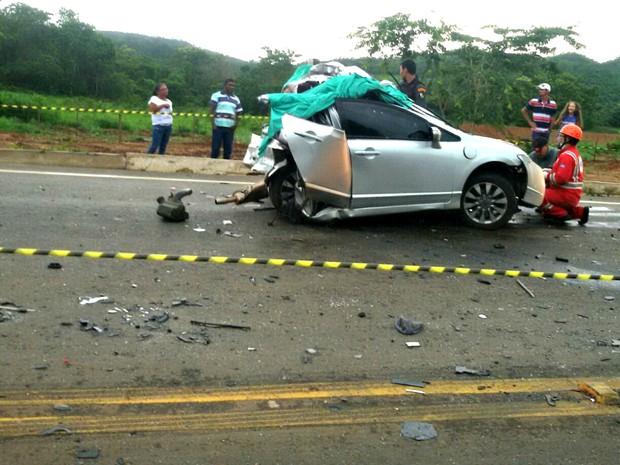 Carro ficou completamente destruído após colisão e trânsito está bloqueado (Foto: Gisele Ferraz/Arquivo Pessoal)