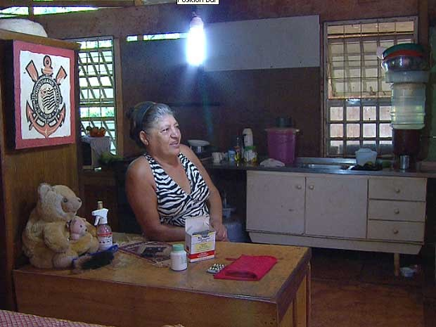 Dona Ruth Batista de Camargo na casa improvisada em Americana  (Foto: Reprodução EPTV)