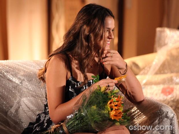 Luiza fica surpresa e feliz com as flores enviadas por Laerte (Foto: Carol Caminha / TV Globo)
