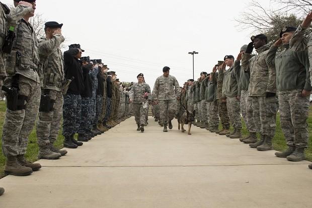 Militares reunidos em frente ao hospital (Foto:  Air Force/ Airman 1st Class Justine Rho)