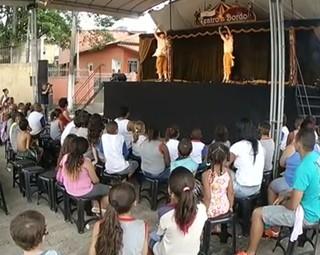 Projeto 'Teatro a Bordo' levou oficinas, cinema e teatro ao bairro Paraíso (Foto: Reprodução RJTV 2ª Edição)
