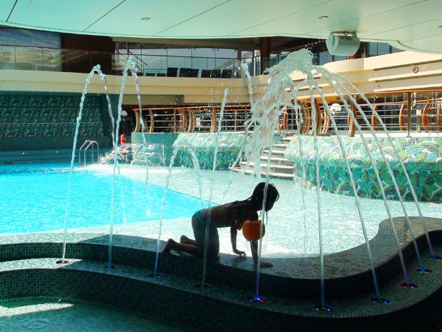 Criança em uma das piscinas do transatlântico (Foto: Flávia Mantovani/G1)