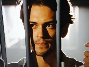 Hélio tenta acordo com polícia (Foto: Flor do Caribe/TV Globo)