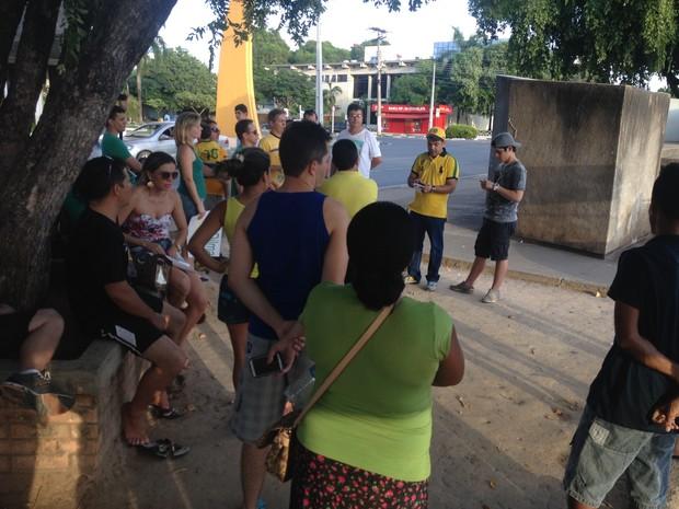 Sem carro de som, coordenador estadual do Vem Pra Rua leu manifesto e encerrou protesto às 17h20 (horário local) (Foto: Emily Costa/G1 RR)
