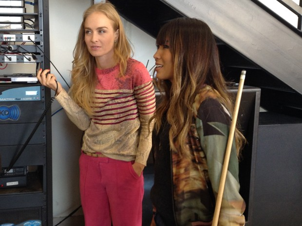Angélica e Dani se divertem no rádio (Foto: Estrelas/TV Globo)