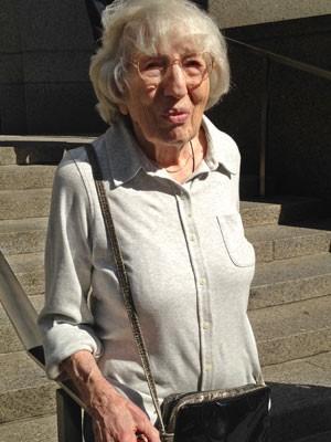 Miriam Moskowitz, de 98 anos, deixa tribunal nesta segunda (25) em Nova York (Foto: Lawrence Neumeister/AP)