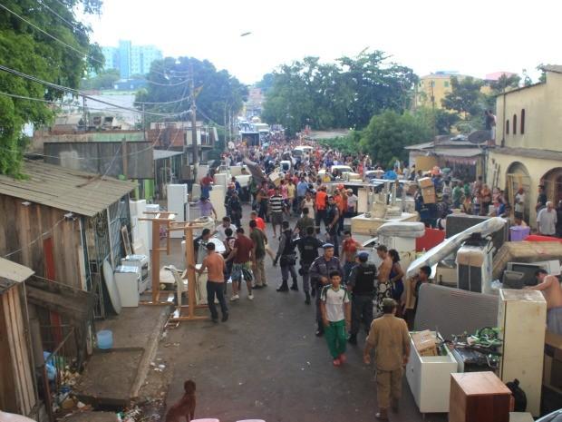 Famílias desabrigadas estão na Avenida São Jorge, Zona Oeste de Manaus (Foto: Ana Graziela Maia/G1 AM)