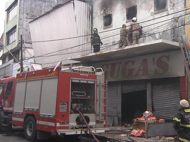 Bombeiros controlam incêndio em casarão (Foto: Imagem/TV Bahia)
