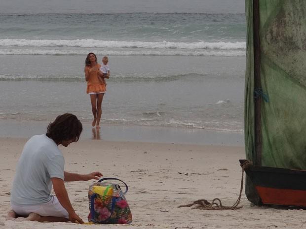 """Grazi se """"familiarizando"""" com Emanuel da Luz, Samuca com 1 aninho (Foto: Flor do Caribe/TV Globo)"""