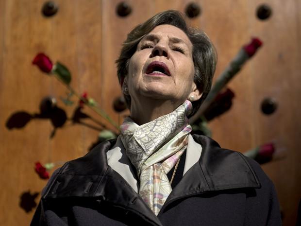 A senadora Isabel Allende, filha do presidente deposto Salvador Allende, participa de manifestação em frente ao palácio presidencial, em Santiago, na sexta (11), dia do 42º aniversário do golpe que depôs seu pai (Foto: AFP Photo/Martin Bernetti)