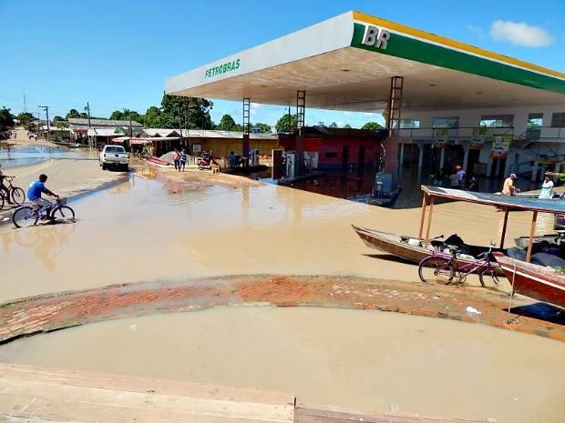 Águas do Rio Envira atingiu 59 famílias na área urbana, em Feijó  (Foto: Antônio Messis/G1 )