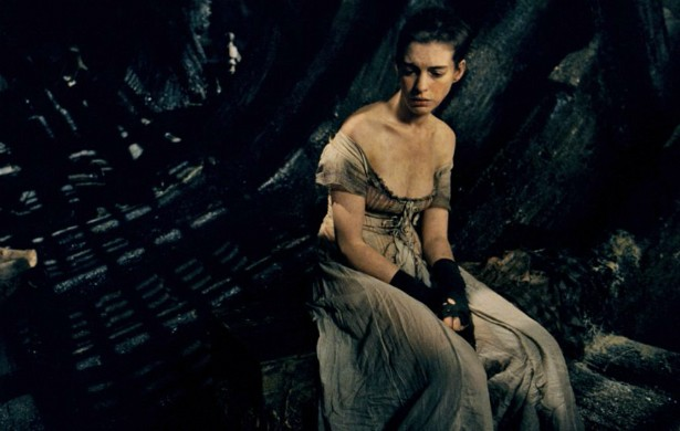 """Para viver a mal-aventurada Fantine de 'Os Miseráveis' (2012), Anne Hathaway afirma que adotou uma dieta """"próxima da inanição"""". """"A ideia era parecer perto da morte"""", disse a atriz. (Foto: Divulgação)"""