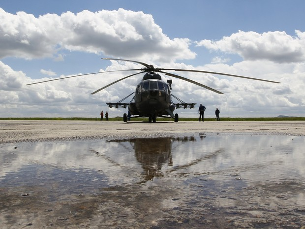 A Russian Mi-8 helicopter before flying to the landing area of the Soyuz TMA-19M spacecraft carrying International Space Station (ISS) crew members, Tim Peake of Britain, Yuri Malenchenko of Russia and Tim Kopra of the U.S., at the airport of Karaganda, K (Foto: Shamil Zhumatov/AP)